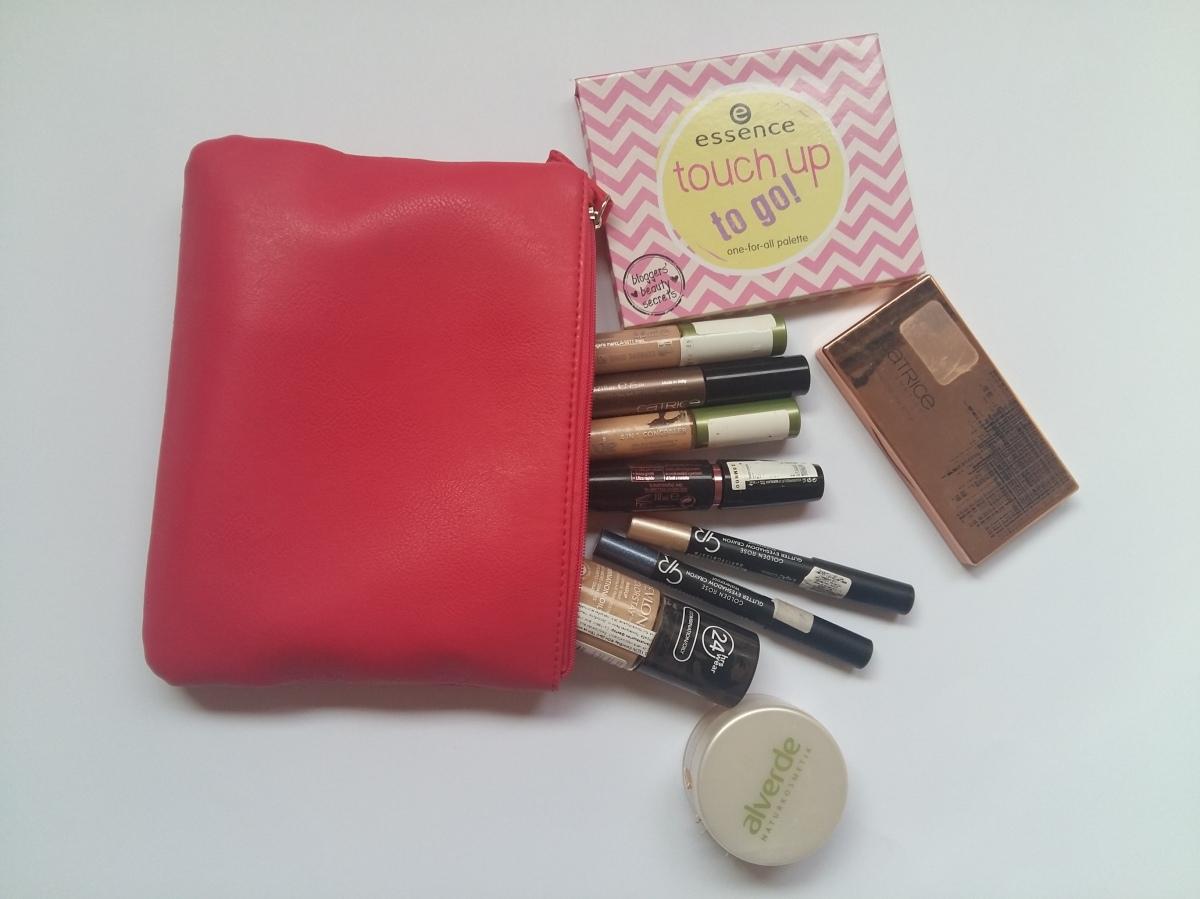 What is in my travel makeup bag?/Какво нося в козметичния си несесер на почивка?